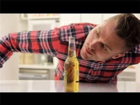Cách mở bia mà không chạm vào chai bia