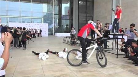 Biểu diễn xe đạp mạo hiểm tại BMW World Vietnam 2016