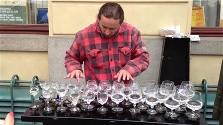 Nghệ sĩ đường phố biểu diễn nhạc với 30 chiếc ly