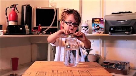 Thí nghiệm đơn giản giải thích hiện tượng vòi rồng thực hiện bởi cậu bé mới 5 tuổi