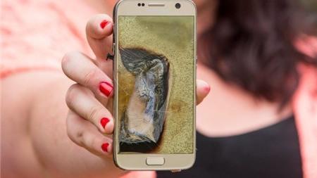 Khách hoảng hốt bỏ chạy vì Samsung Galaxy S7 bốc khói mù mịt ngay giữa quán cà phê