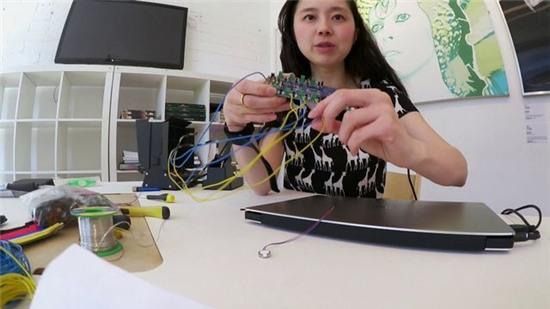 Emma Watch: thiết bị đeo giúp bệnh nhân Parkinson không còn rung tay