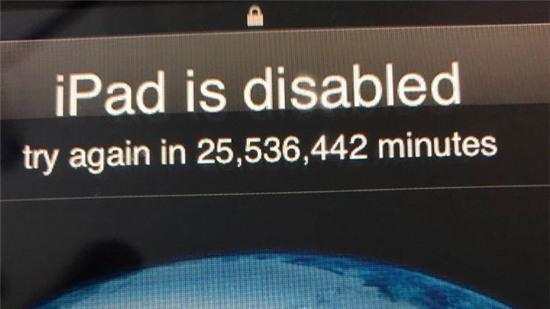 Bé 3 tuổi nghịch iPad khiến máy của ông bố bị khóa tới gần nửa thế kỷ