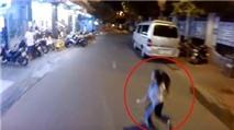 Clip bé gái bất ngờ lao ra đường bị xe tông, tài xế 'ăn đòn'