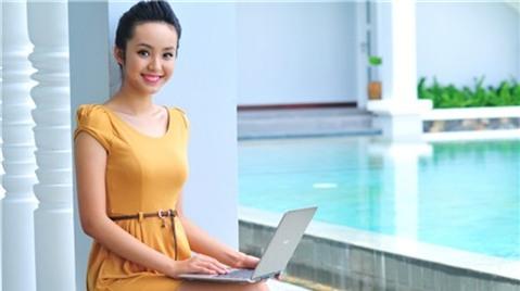 Người mẫu Bảo Trân xinh xắn bên laptop