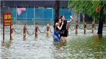 """Những hình ảnh """"khó đỡ"""" về ngập lụt tại Hà Nội"""