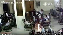 Video clip: Vừa sạc smartphone vừa chơi game, thanh niên chết thảm