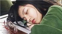 Thiếu nữ xinh đẹp ngủ gục trên bàn bỗng dưng nổi tiếng nói gì?