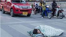 Trai đẹp đem chăn gối nằm ngủ giữa đường gây bão mạng