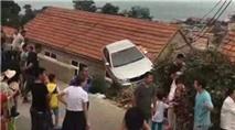 Hình ảnh lạ gây tranh cãi mạng: Xe ô tô mắc kẹt trên nóc nhà