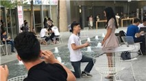 Cô gái nhận lời cầu hôn từ bạn trai dù hụt iPhone 7
